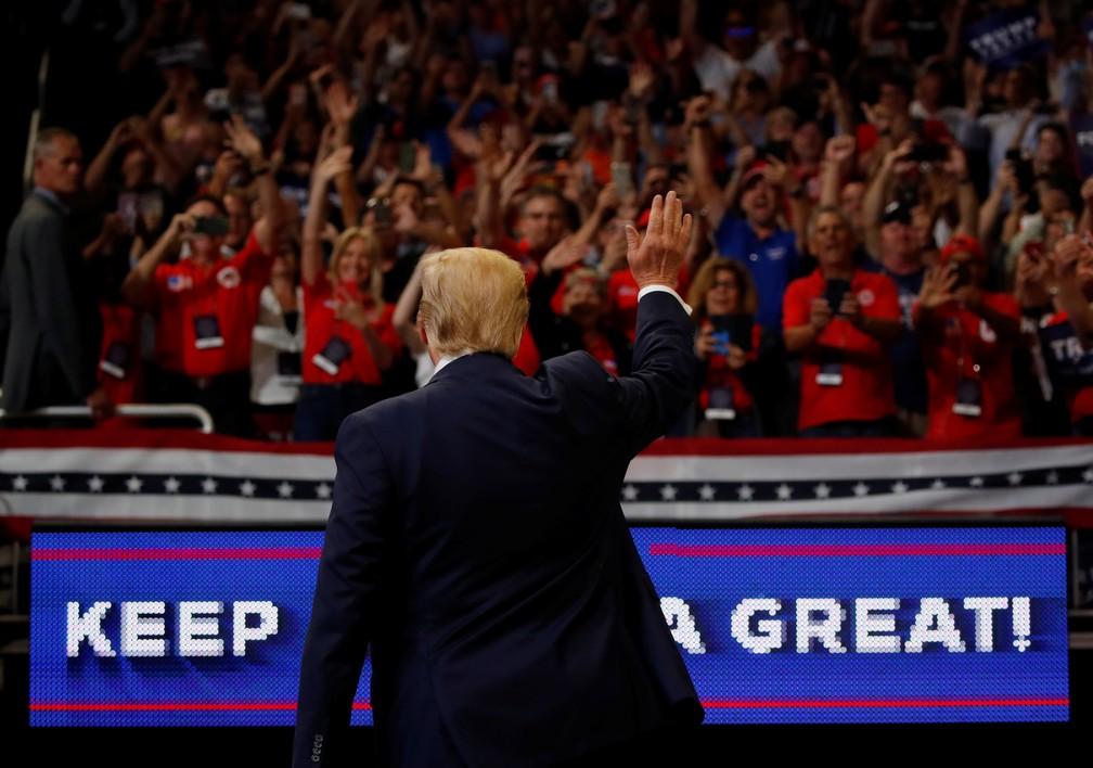 Donald Trump cumprimenta apoiadores no lançamento da campanha para reeleição em 2020 — Foto: Carlos Barria/Reuters