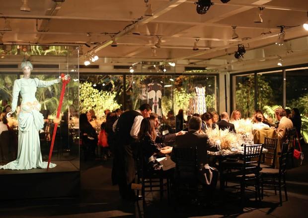 O cenário do jantar com acervo exposto (Foto: Divulgação)