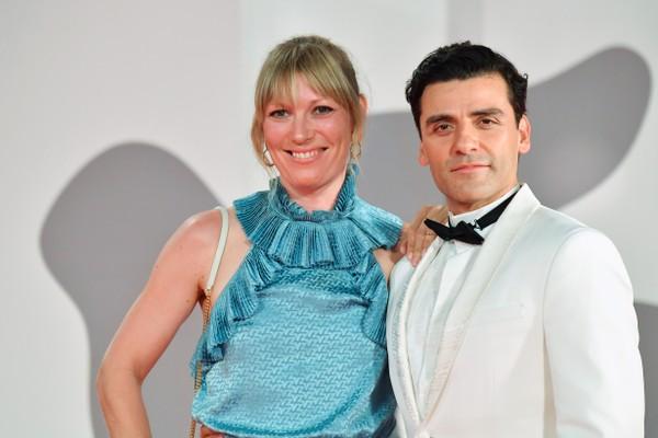 O ator Oscar Isaac com a esposa, a roteirista Elvira Lind, em passagem pelo Festival de Veneza de 2021 (Foto: Getty Images)