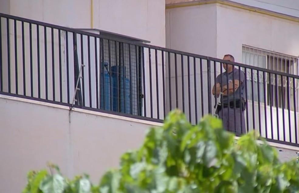 Polícia aguarda a perícia no prédio onde a mulher caiu — Foto: Reprodução/TV TEM
