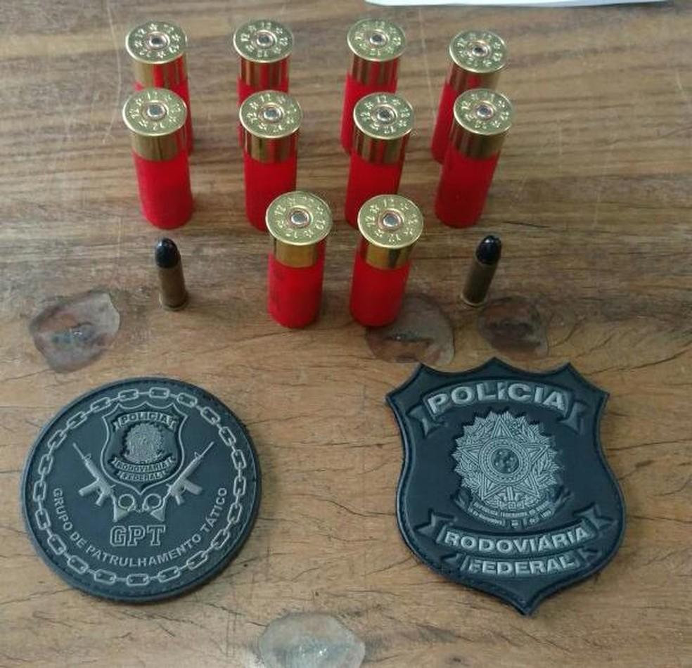 PRF encontrou uma sacola no banco traseiro com 10 munições calibre 12 e duas munições de calibre 38 (Foto: PRF/Divulgação)