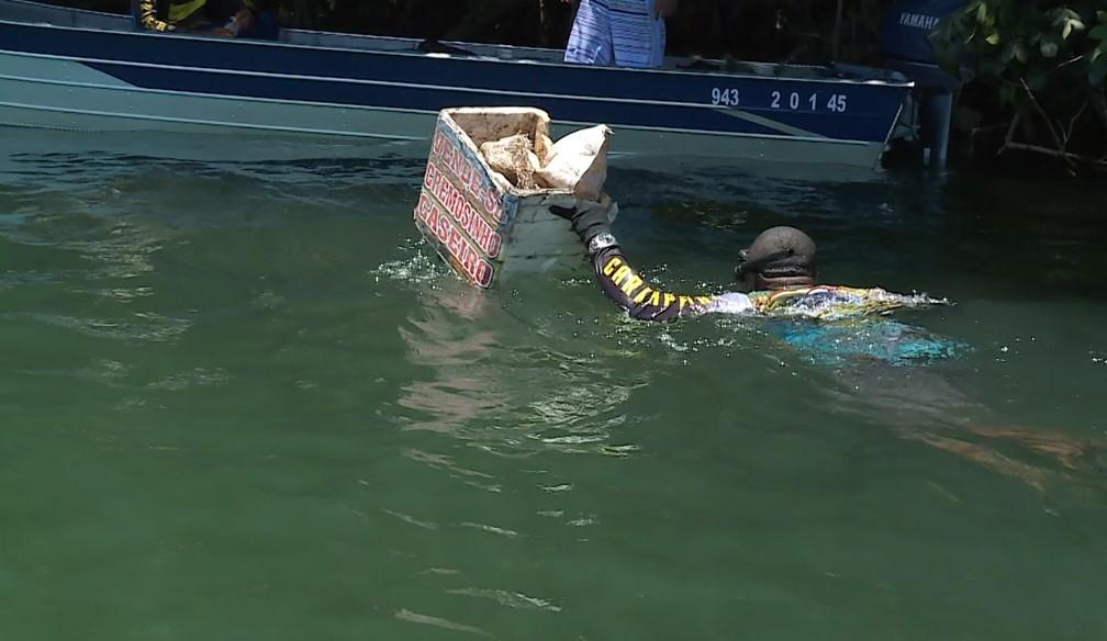 Megulhadores tiraram vários objetos do rio São Francisco, entre Petrolina e Juazeiro — Foto: Reprodução / TV Grande Rio