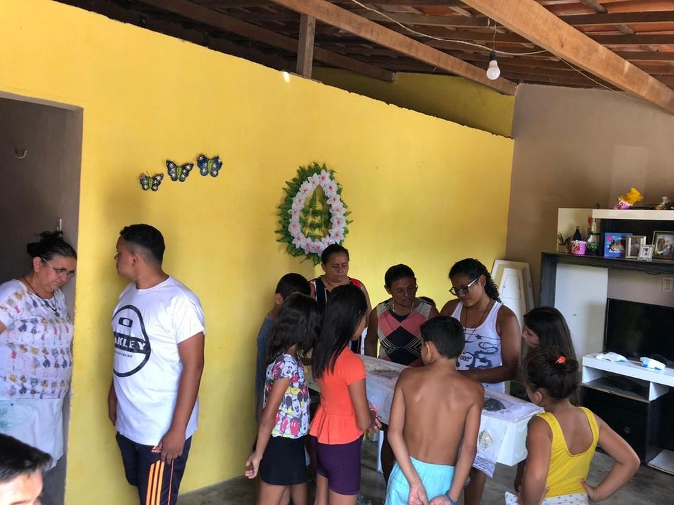 Familiares velaram o corpo da criança na casa da avó neste domingo no interior do Ceará.  — Foto: Mateus Ferreira/TV Verdes Mares