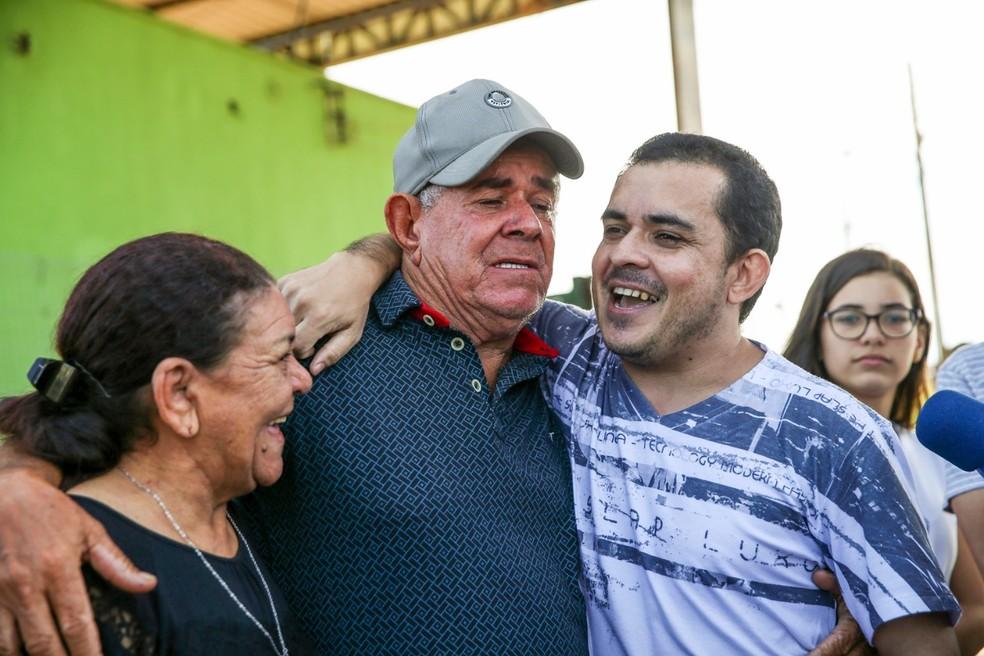Família de Antônio Cláudio o aguardou na porta de presídio na Grande Fortaleza — Foto: Natinho Rodrigues/G1
