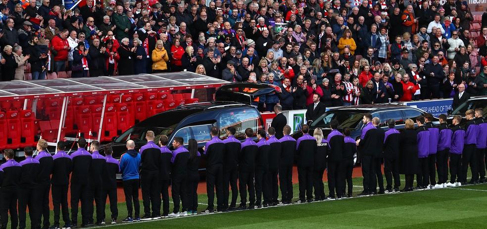 Torcedores do Stoke foram ao estádio para prestar homenagens a Gordon Banks  — Foto: Getty Images