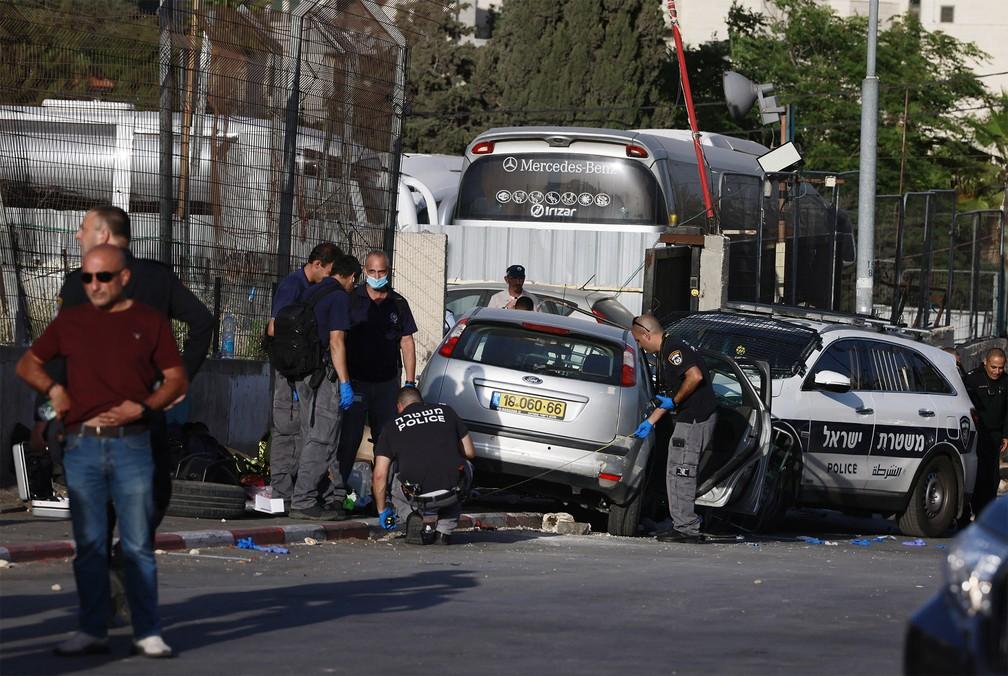 Carro foi usado para atropelar pessoas em Jerusalém Oriental. Motorista foi morto por policiais israelenses — Foto: Menahem Kahana/AFP