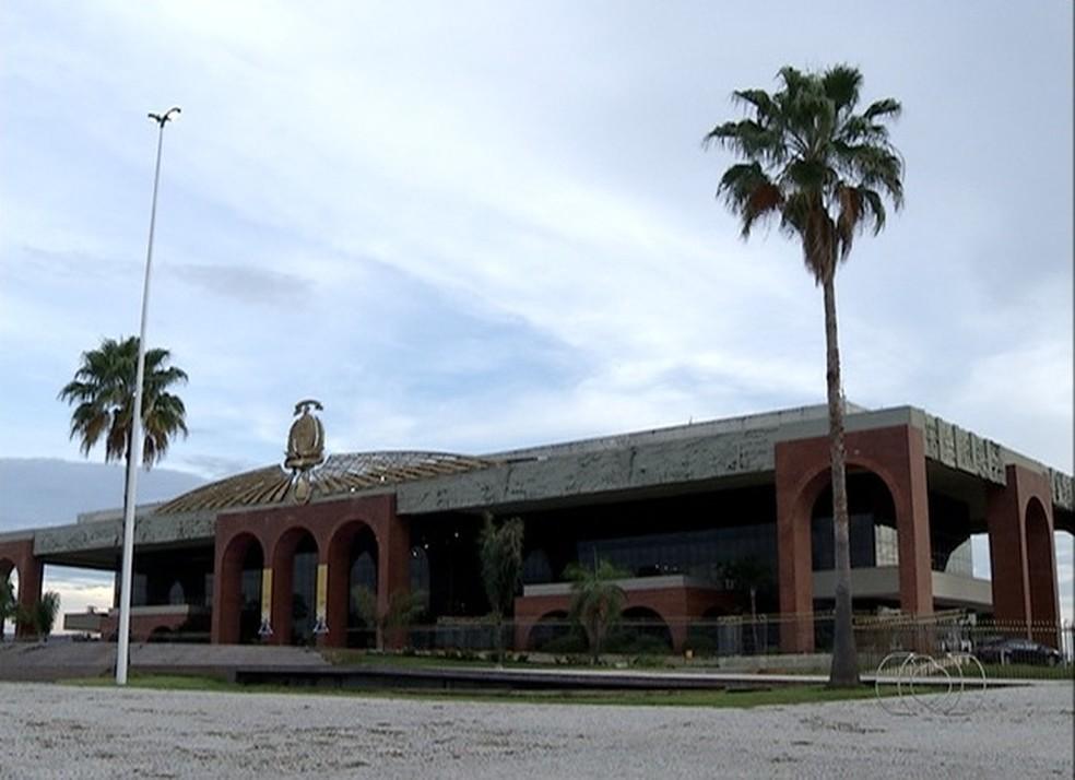 Servidores do estado estão recebendo 13º salário atrasado (Foto: Reprodução/TV Anhanguera)