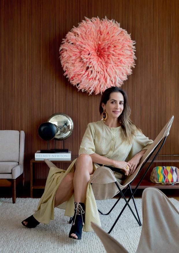 Renata veste look De Goeye na sala de estar de seu apartamento, no bairro dos Jardins, em São Paulo.  (Foto: André Klotz)