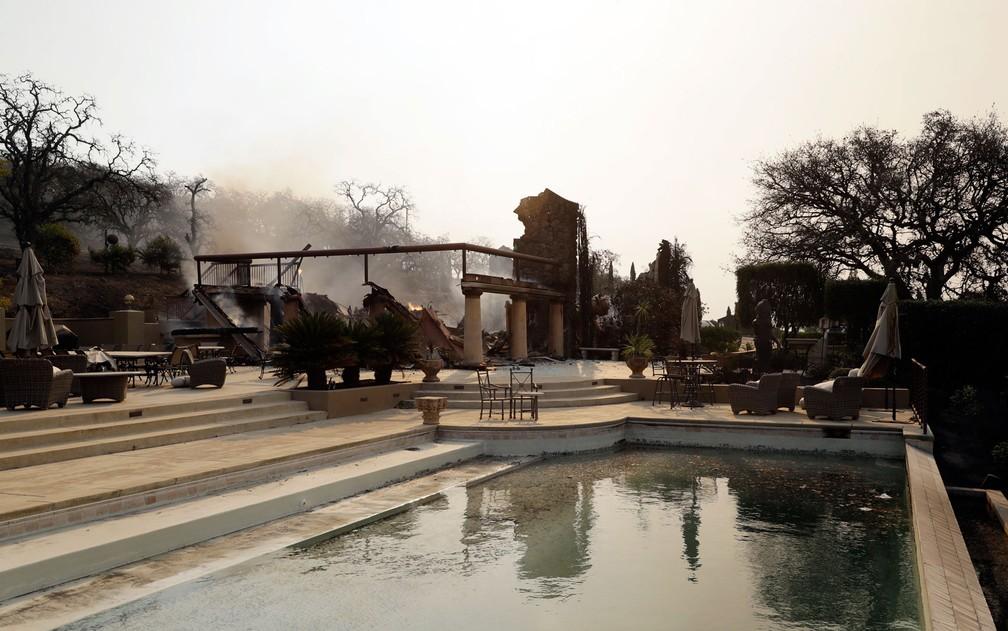 Vista da piscina da vinícola Signorello, em Napa, na Califórnia, após incêndio, em foto de 9 de outubro (Foto: AP Photo/Marcio Jose Sanchez)