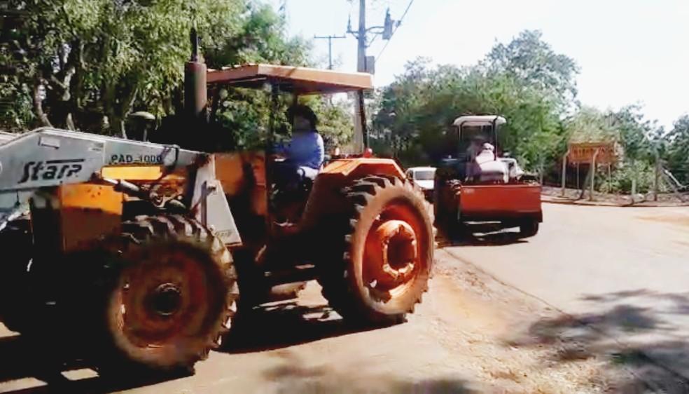 Dois tratores foram recuperados; falta encontrar um terceiro — Foto: Polícia Ambiental/Divulgação