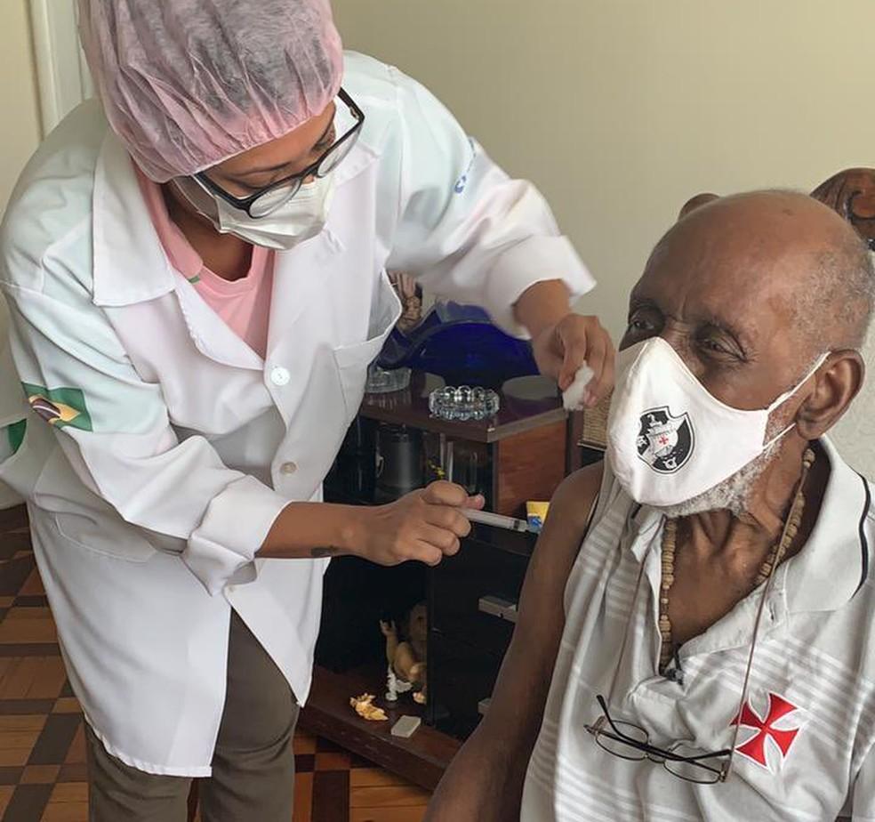 Nelson Sargento tomou a segunda dose da vacina contra a Covid-19 nesta sexta-feira (26) — Foto: Reprodução/ Redes sociais