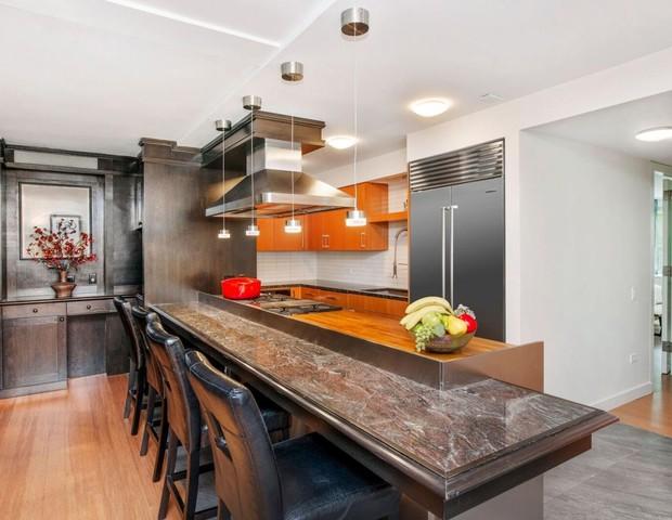 Cozinha de apartamento de Anthony Bourdain (Foto: Reprodução)