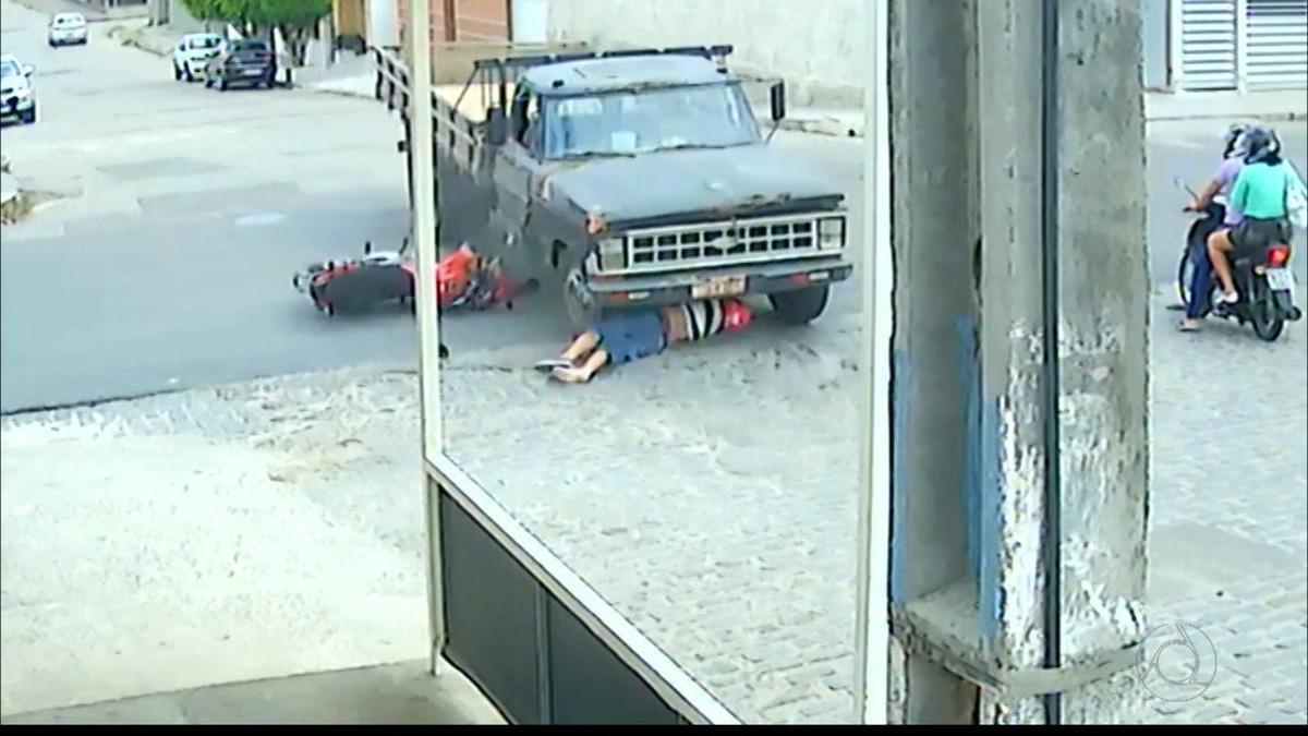 Motociclista é atropelado por caminhão e escapa com arranhões, na PB; vídeo