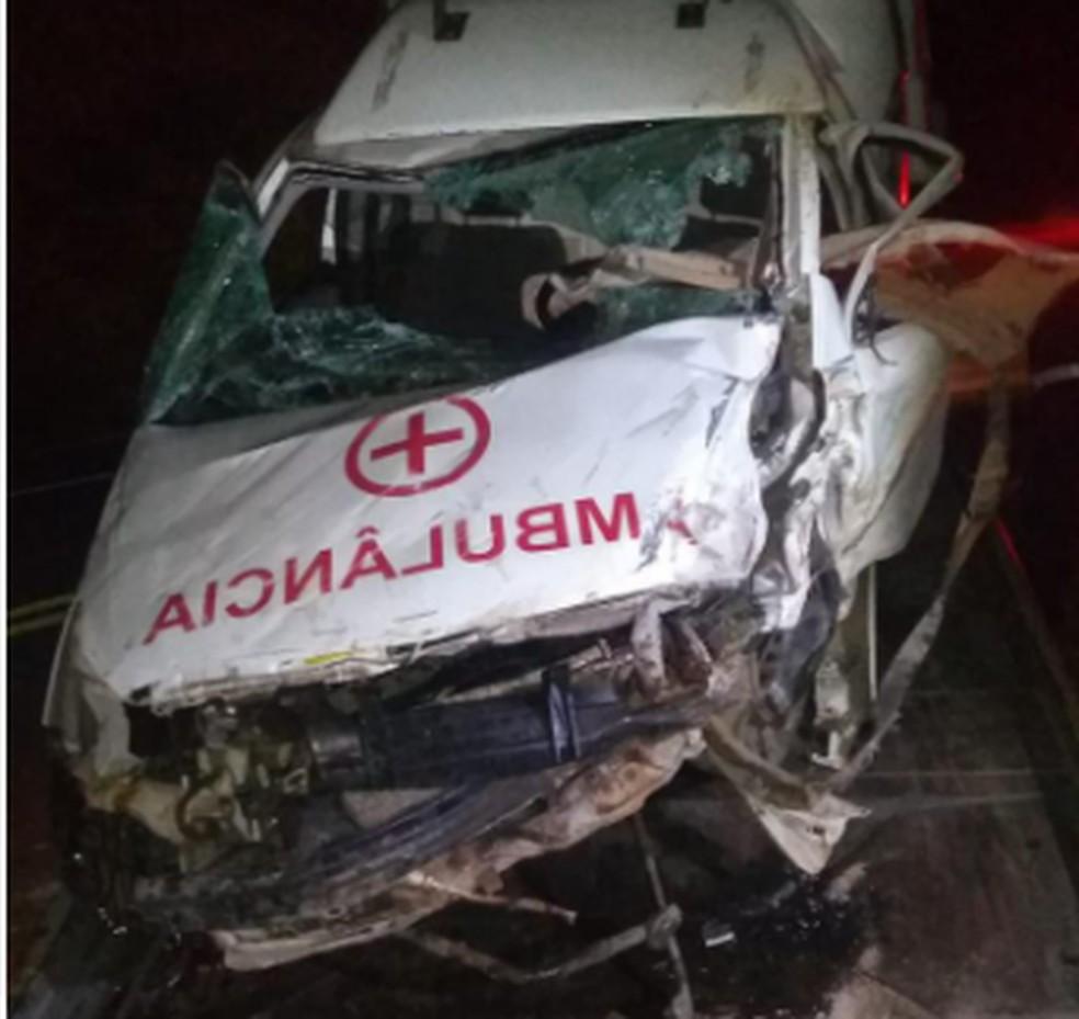Ambulância ficou destruída após capotar em estrada do Ceará. — Foto: Reprodução