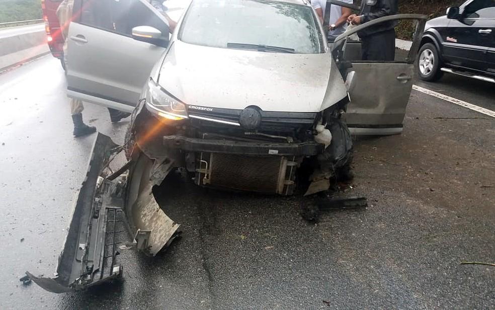 Mulher ficou presa às ferragens de carro após acidente no Grande Recife — Foto: PRF/Divulgação