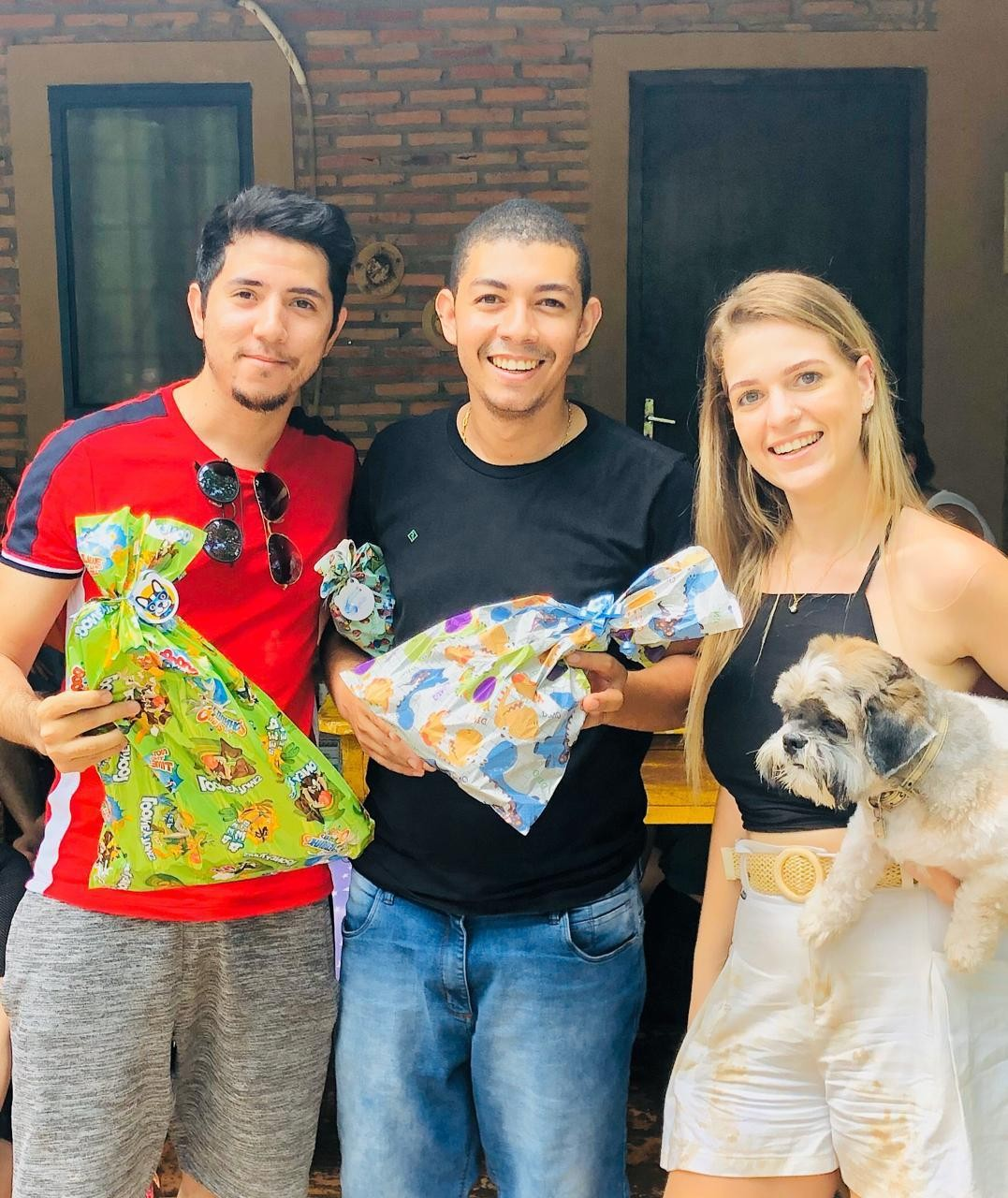 Donos e cães participam de 'aumigo oculto' drive thru em Cuiabá