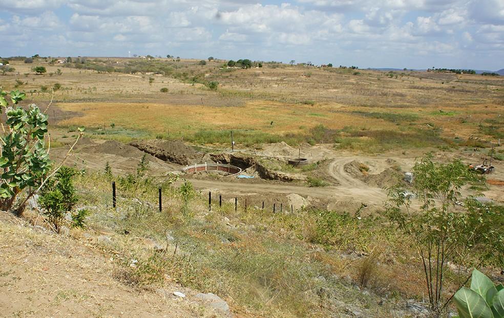 Açude que abastece o município de Pilões secou completamente por causa da seca — Foto: Anderson Barbosa/G1