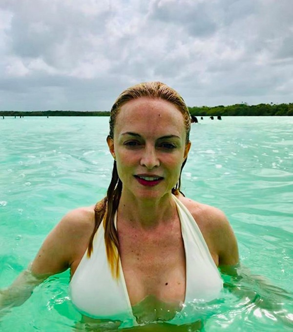 A atriz Heather Graham curtindo as férias na praia (Foto: Instagram)