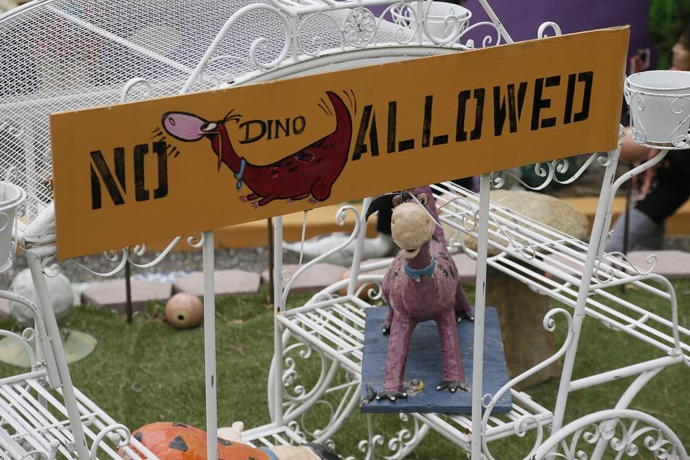 Placa 'proibido dinossauros' faz referência ao personagem Dino, da série Os Flintstones, na entrada da propriedade de uma idosa de 84 anos na Califórnia — Foto: Eric Risberg/AP Photo