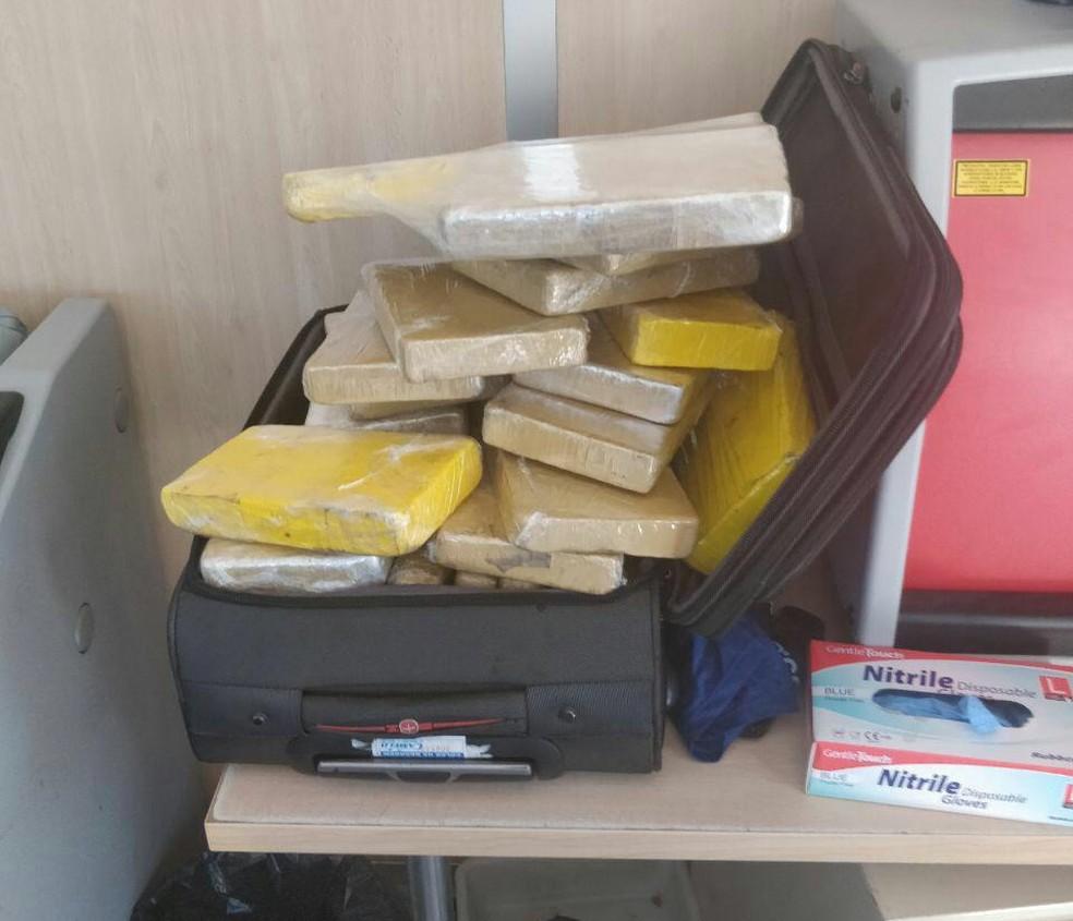 Fotos mostram mala com droga apreendida com militar brasileiro — Foto: Divulgação/Guarda Civil da Espanha