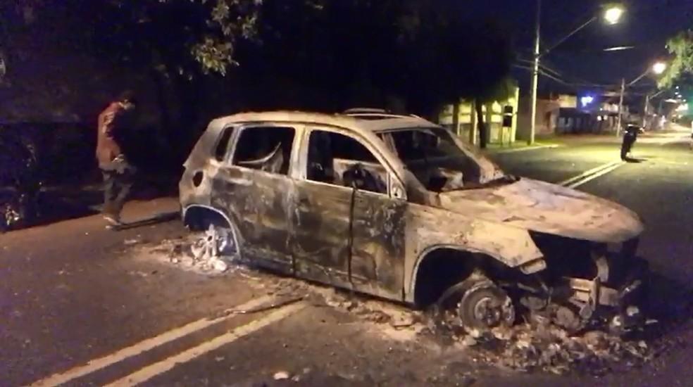 Carro incendiado pela quadrilha na Rua Niterói, na Zona Leste de Ribeirão Preto (SP) — Foto: Marcos Felipe/EPTV