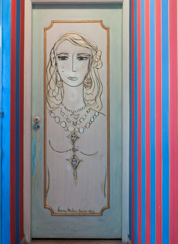 Com base nas exuberantes cores do Marrocos, a pintora Verena Matzen imprimiu uma boa intensidade de tons ao corredor que dá acesso a seu quarto. Na porta, um de seus autorretratos desenhado com carvão e guache (Foto: Edu Castello e Lufe Gomes)