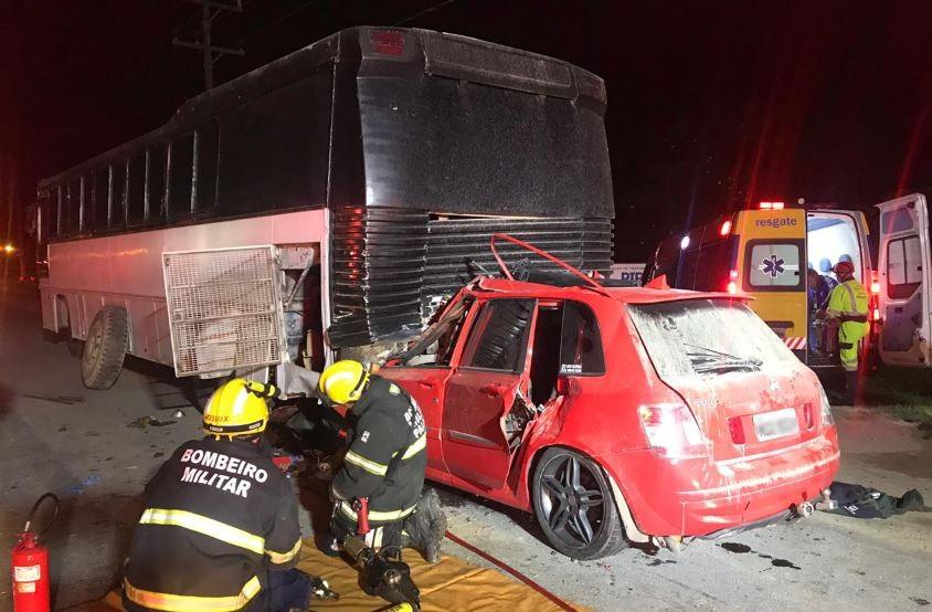 Motorista de carro morre após atropelar homem que trocava pneu de ônibus em SC