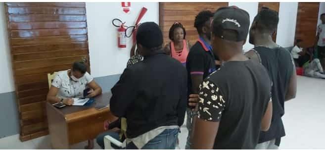 Saúde do Acre faz teste para saber se imigrante africano isolado em abrigo está com Covid-19