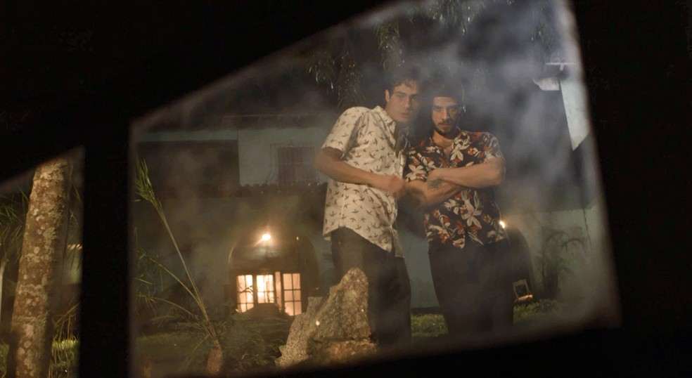 Valentim e Ícaro descobrem que Remy e Karola estão juntos com Laureta — Foto: TV Globo