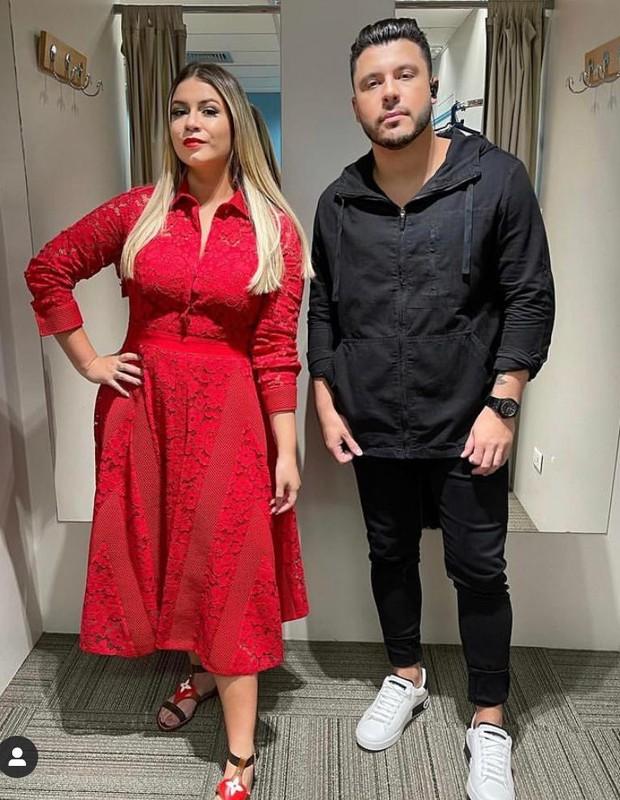 Marília Mendonça usando um vestido Carolina Herrera ao lado do companheiro, Murilo Huff (Foto: Reprodução/ Instagram)