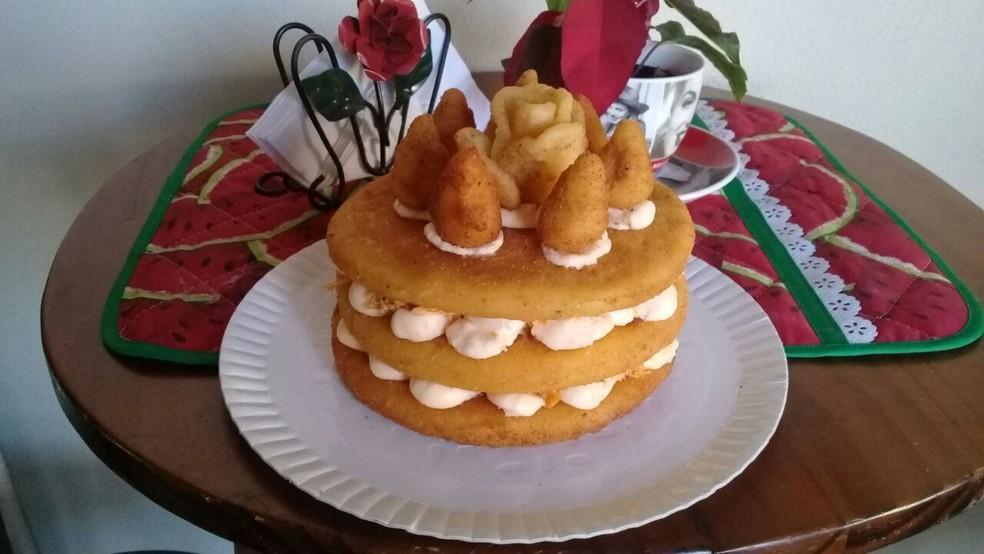 Bolo de coxinha no estilo naked cake também já recebeu encomendas  (Foto: Dora Nicoletto/Arquivo pessoal )