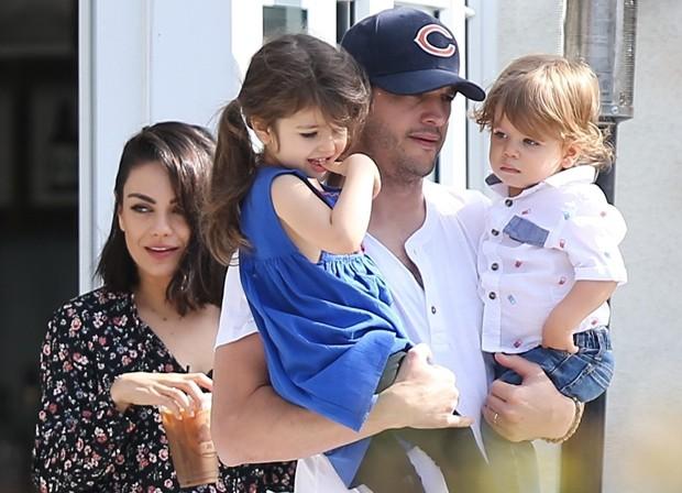 Mila Kunis e Ashton Kutcher com Wyatt e o caçula Dimitri (Foto: Backgrid)