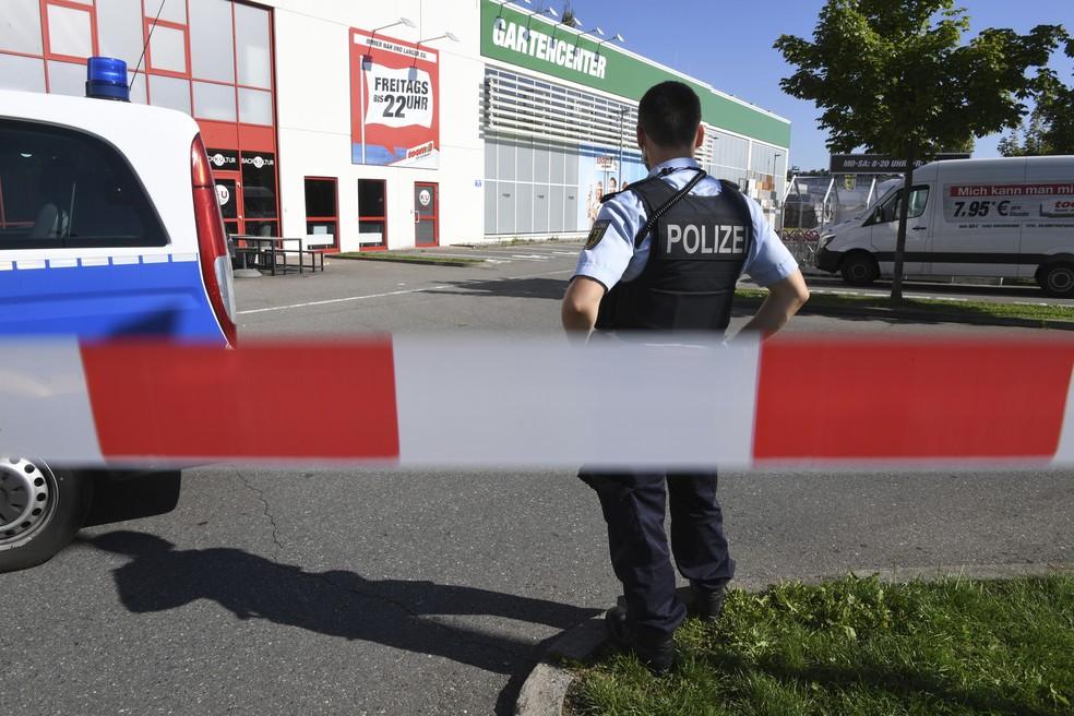 Policial em frente a boate em Konstanz, no sul da Alemanha (Foto: Felix Kaestle/dpa via AP)