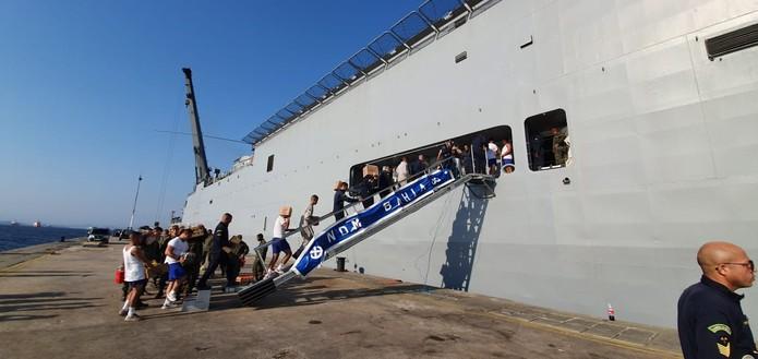 Navio Bahia na Ilha de Mocanguê  — Foto: Ari Peixoto/ TV Globo