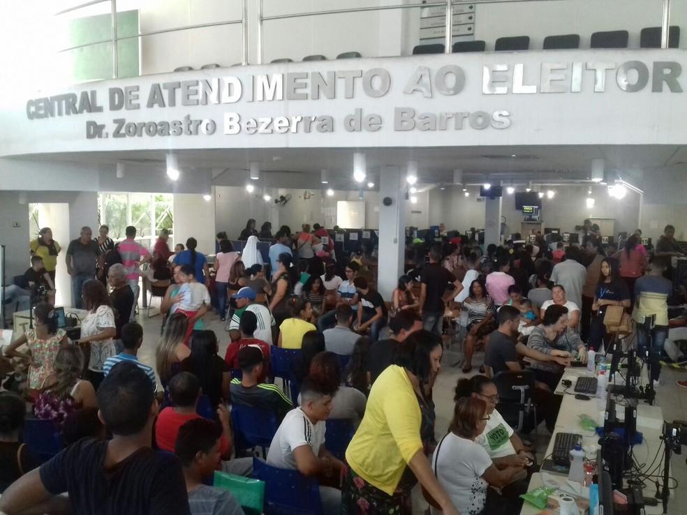 Fórum em Maceió ficou lotado no último dia para o eleitor regularizar pendências no título (Foto: Andréa Rezende/G1)