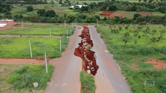 Erosões de até 2 km ameaçam casas, creches e até redes elétricas em Goiás