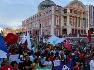 Ato cultural foi realizado em frente ao Teatro Amazonas (Foto: Rickardo Marques/G1 AM)