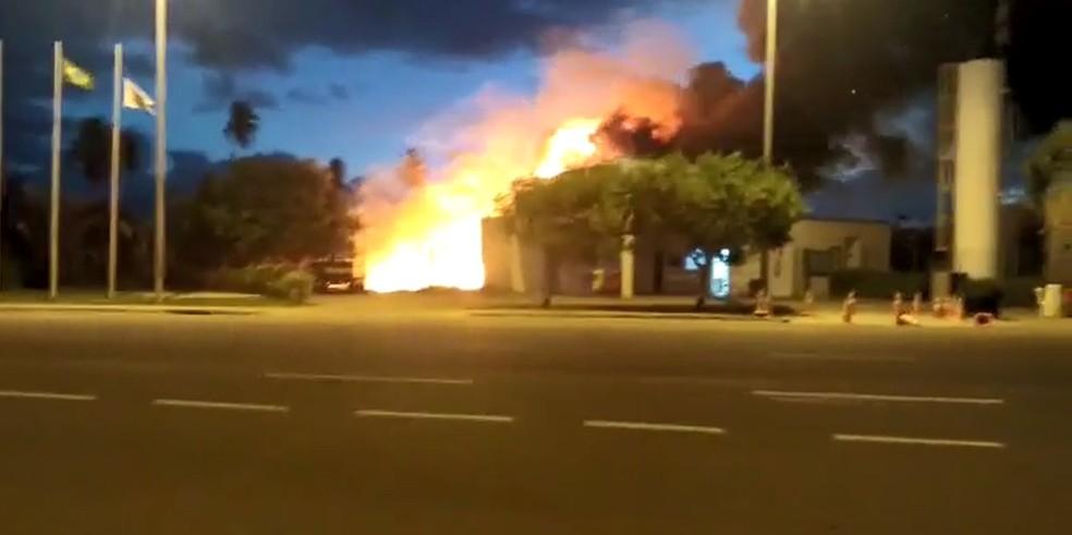 Incêndio em Barra de Jangada destruiu quatro barracos, segundo o Corpo de Bombeiros (Foto: Reprodução/WhatsApp)