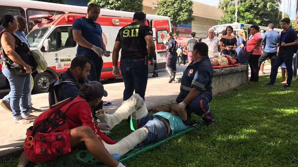 Equipes do Samu e do Corpo de Bombeiros socorreram vítimas após ônibus bater em carro, em poste e subir em calçada, em João Pessoa (Foto: Walter Paparazzo/G1)
