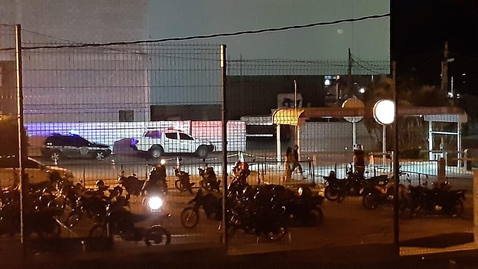 Polícia Civil foi ao local para fazer perícia após morte de operário em shopping na Zona Norte de Natal nesta segunda (20 — Foto: Sérgio Henrique Santos/Inter TV Cabugi