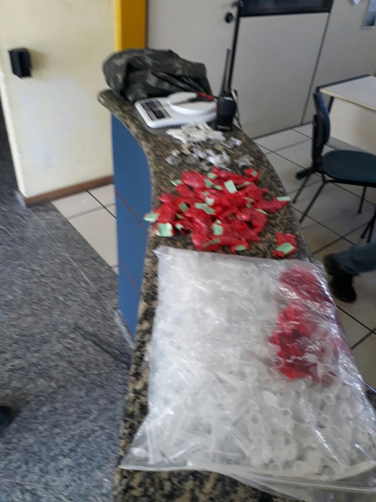 Suspeitos são detidos com droga na Reserva do Peró, em Cabo Frio, no RJ