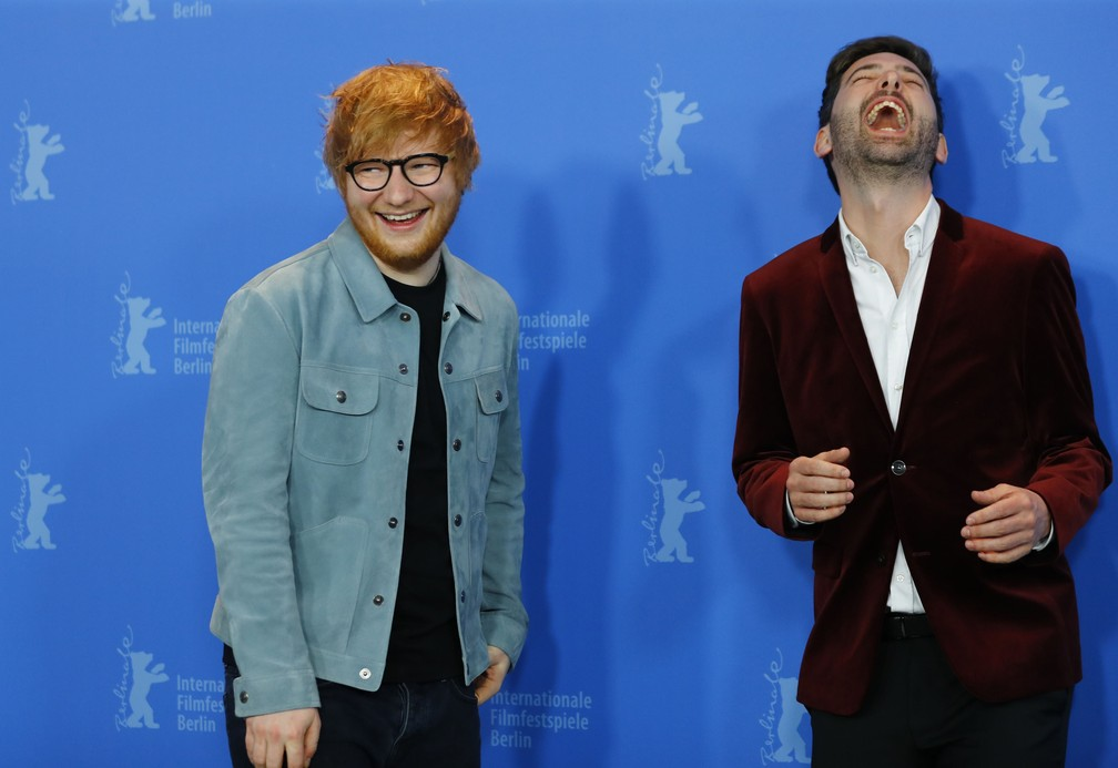 """Ed Sheeran com o primo, o diretor e produtor Murray Cummings, durante evento de lançamento do filme """"Songwriter"""" no Festival de Cinema Internacional de Berlim.  (Foto: REUTERS/Fabrizio Bensch)"""