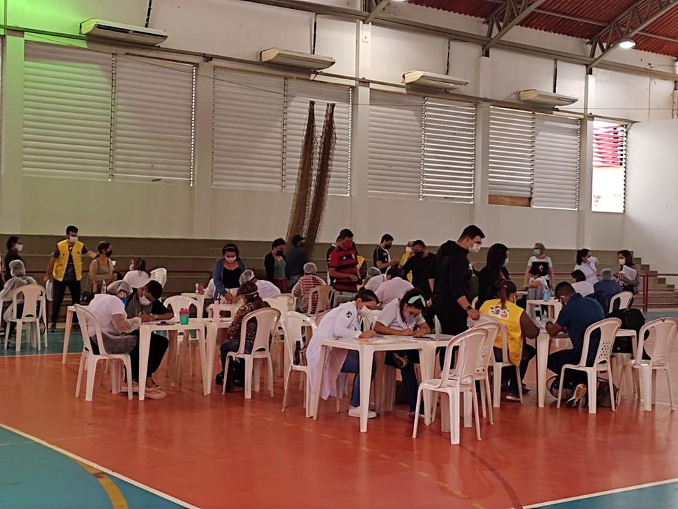 Segundo dia de vacinação do Ginásio do Sesi foi movimentado  — Foto: Elizânia Dinarte/CBN Rio Branco