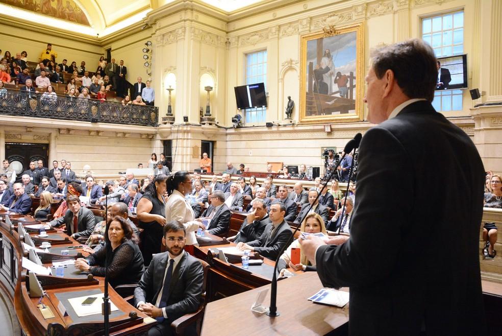 Marcelo Crivella é observado por vereadores na Câmara Municipal do Rio, durante o discurso de posse (Arquivo: dezembro de 2016) — Foto: Renan Olaz/CMRJ/Divulgação