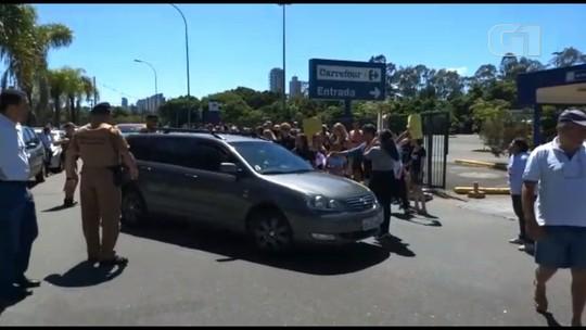 Por morte de cachorro, moradores de Curitiba protestam em frente ao Carrefour do Mossunguê