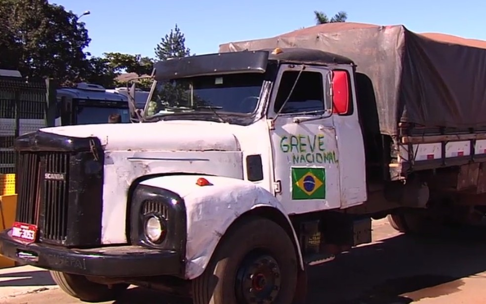 Caminhão multado em R$ 5,8 mil por estar estacionado em local irregular durante protesto que fechava acesso à principal distribuidora de combustíveis de Goiânia (Foto: Reprodução/TV Anhanguera)