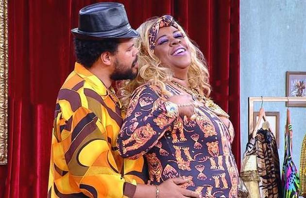 No seriado 'Vai que cola' , Babu viveu o malandro Sanhaço. Na foto, o personagem aparece com Terezinha (Cacau Protásio) (Foto: TV Globo)