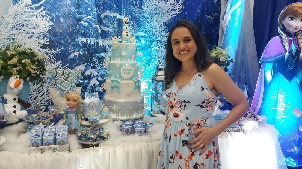 Gizele Duarte confeccionou o bolo de quatro andares (Foto: Rita Torrinha/G1)