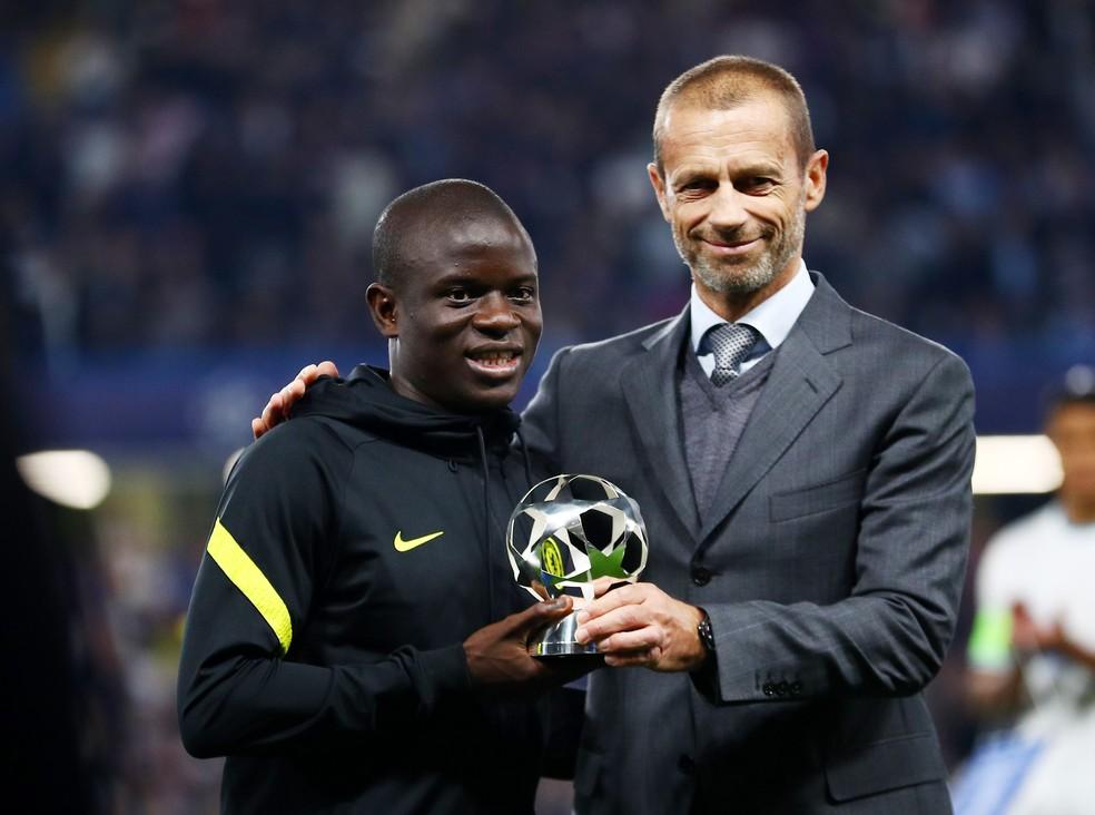Kanté, desfalque por lesão contra o Zenit, também recebeu troféu — Foto: REUTERS/Hannah Mckay