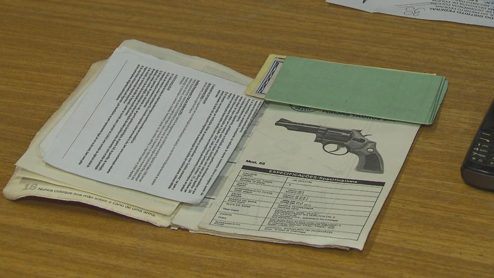 Registro da arma encontrada no cofre (Foto: Reprodução/TV Globo)